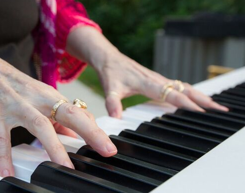 Sonni Quick hands on the piano keyboard